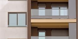 Construcción de un nuevo complejo de viviendas sostenibles con ventanas Synego de REHAU