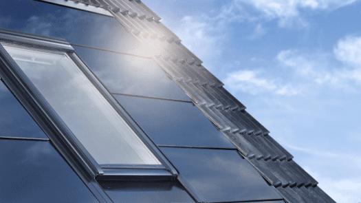 Integrar paneles solares fotovoltaicos en la cubierta inclinada de un edificio supone un importante ahorro por vivienda
