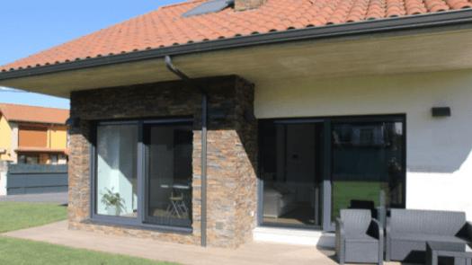 Ventanas y puertas de PVC Rehau aportan un elevado aislamiento térmico y acústico a un chalet de Cantabria