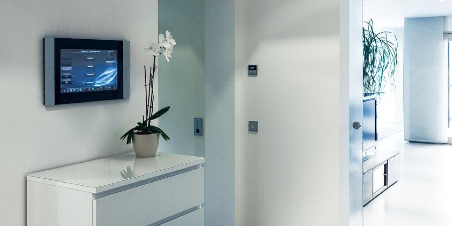 Nuevos paneles de control táctiles Smart Control de Jung para controlar equipos y sistemas