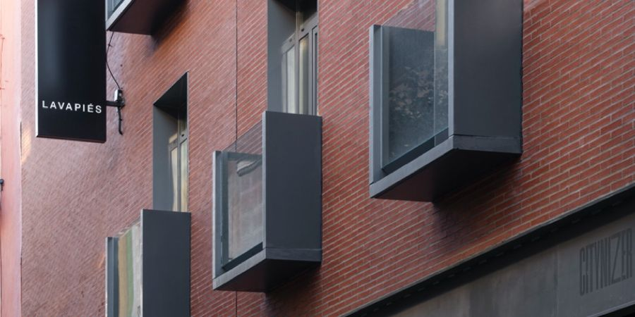 Soluciones ULMA para crear un moderno balcón prefabricado en el hostal Central House de Madrid